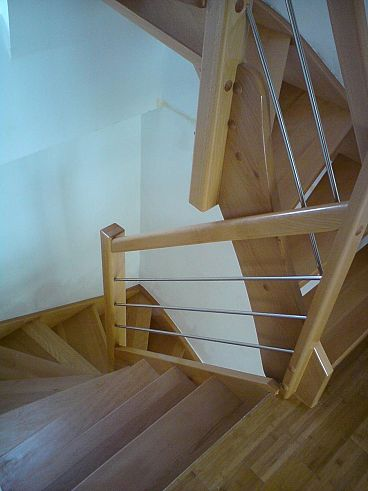 Večnadstropno lesene stopnice z inox ograjo