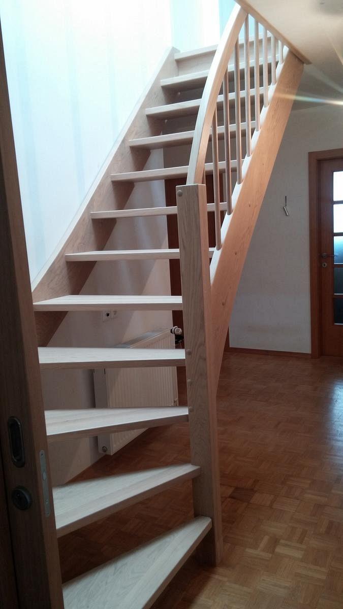 Lesene stopnice s pokončnimi ograjnimi letvami