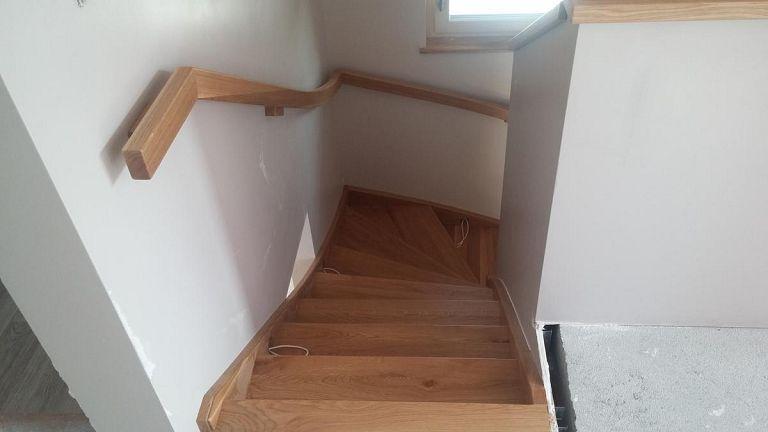 Obloga stopnic z držalom