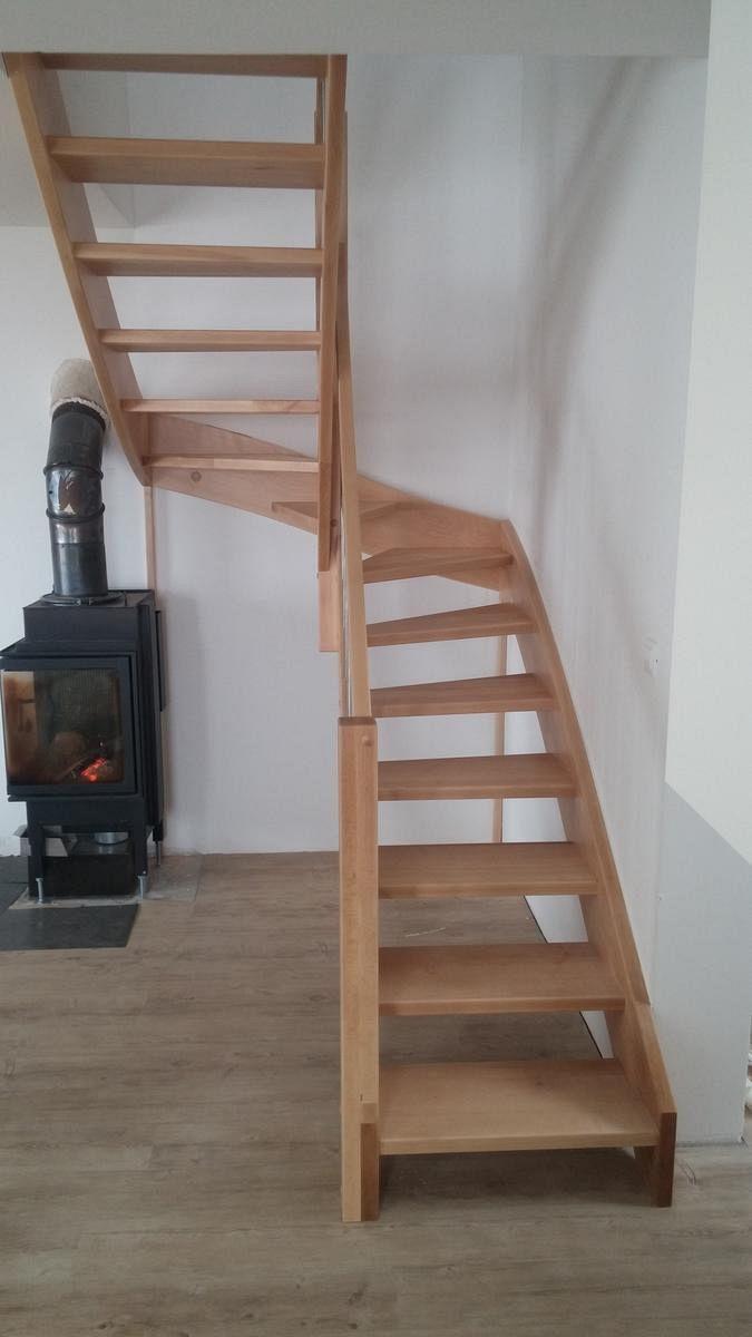 Leseno stopnišče ob kaminu
