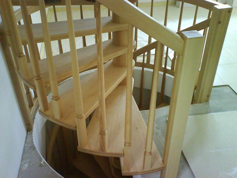 Polžasto leseno stopnišče