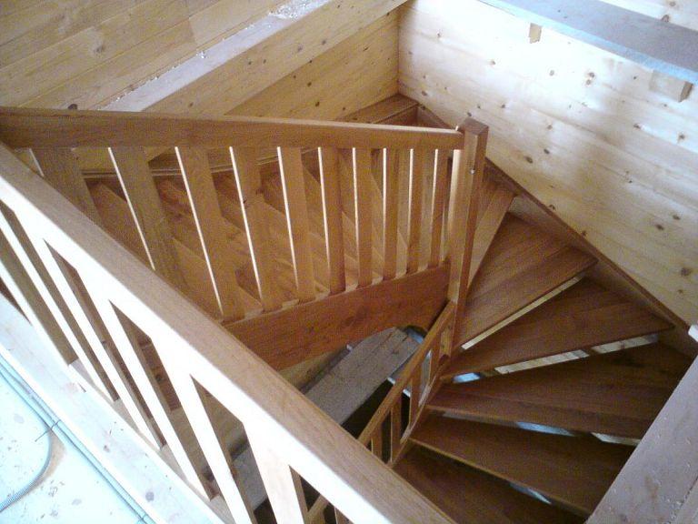 Leseno stopnišče v brunarici
