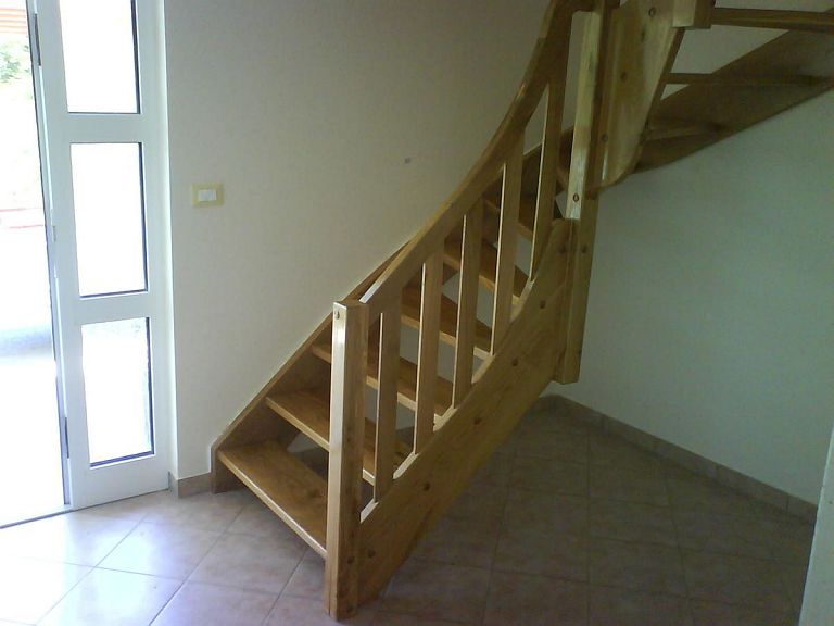 Lesene stopnice iz hodnika