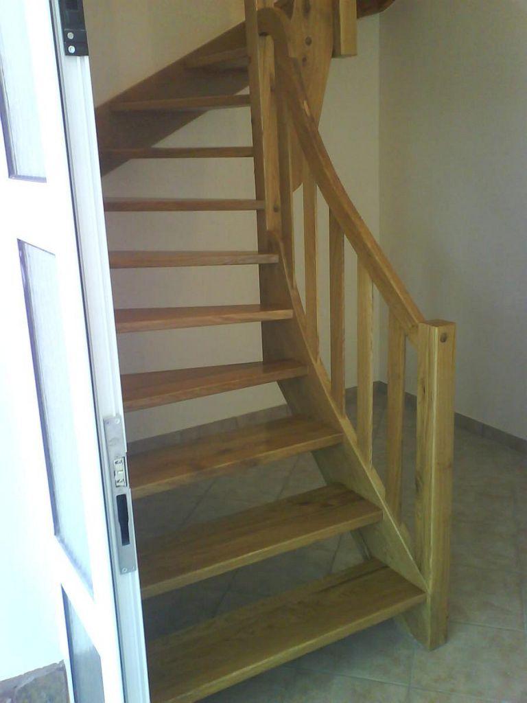 Stopnice iz lesa ob vhodnih vratih