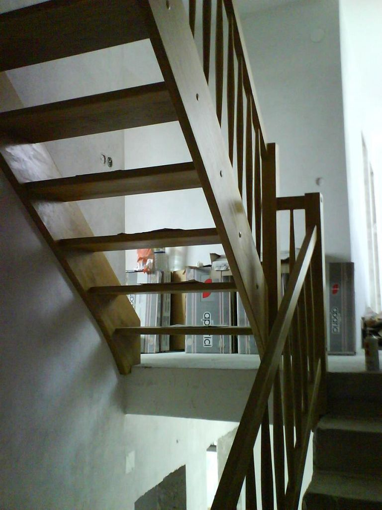 Večnadstropno leseno stopnišče