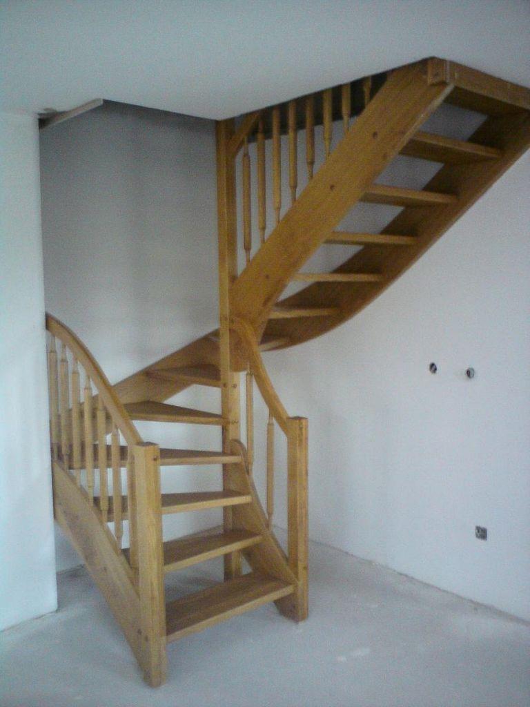 Moderne lesene nadstropno stopnišče