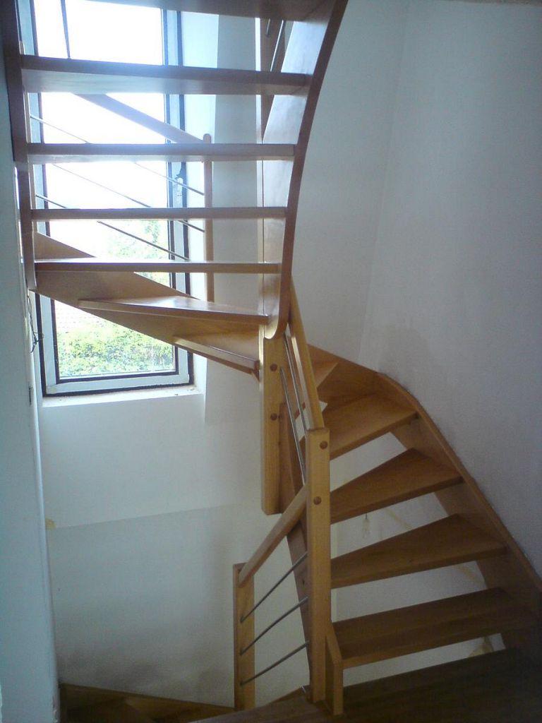 Polžasto leseno stopnišče z inox ograjnimi elementi
