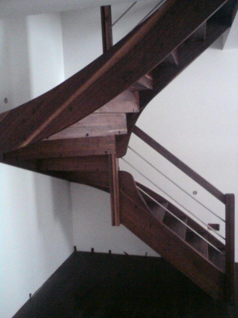 Lesene stopnice v temnem odtenku