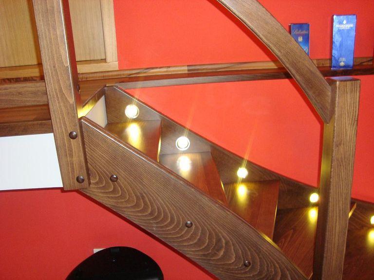 Moderno leseno stopnišče z LED osvetlitvijo