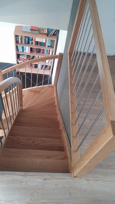 Leseno stopnišče z zaščito ob zaključku