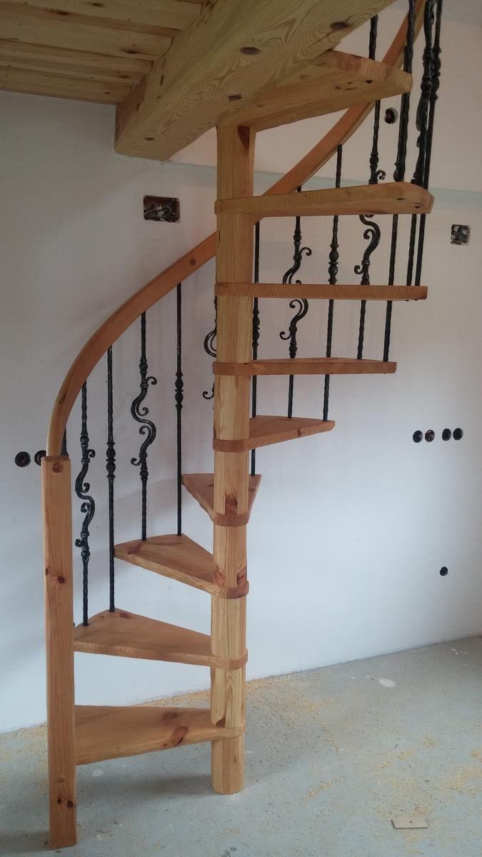 Lesene stopnice s kovano ograjo