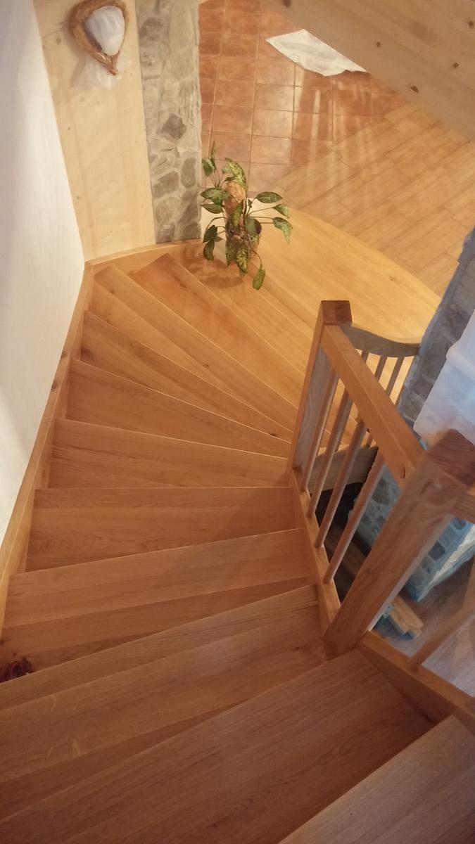 Lesena obloga stopnic v kombinaciji s kamnom