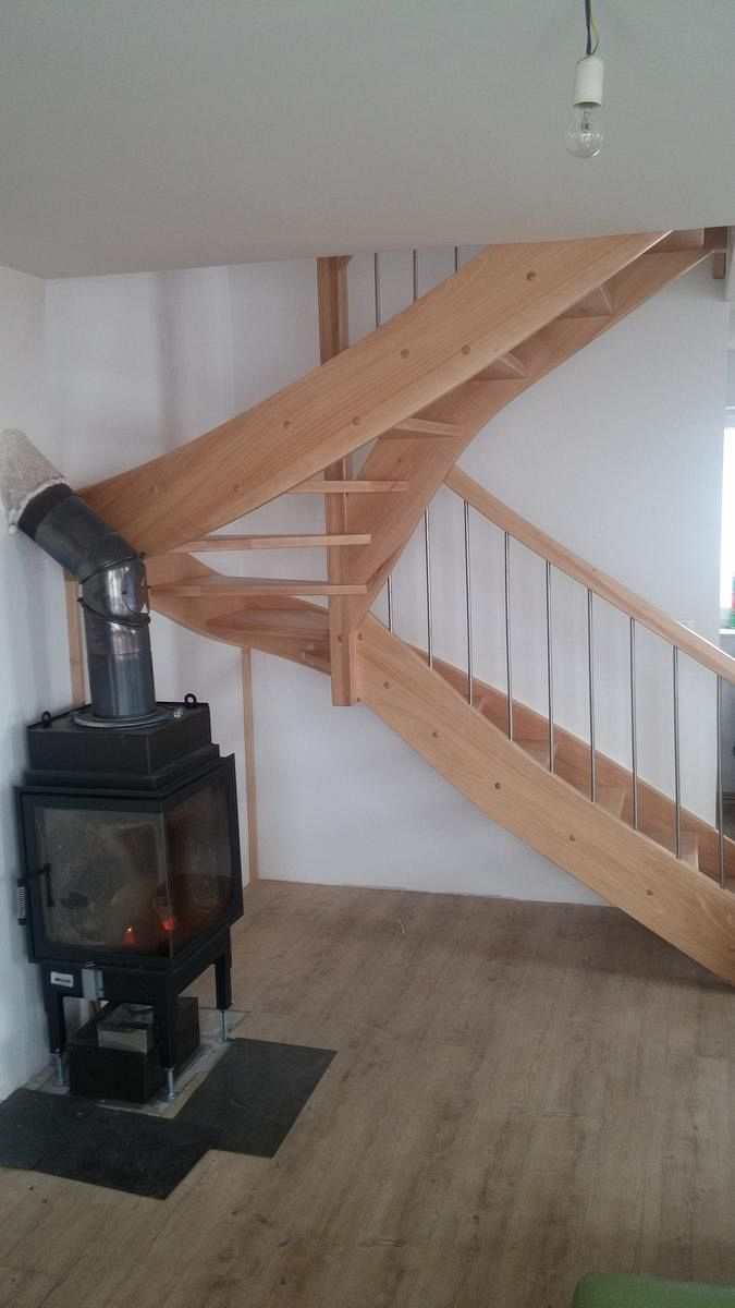 Leseno stopnice ob kaminu