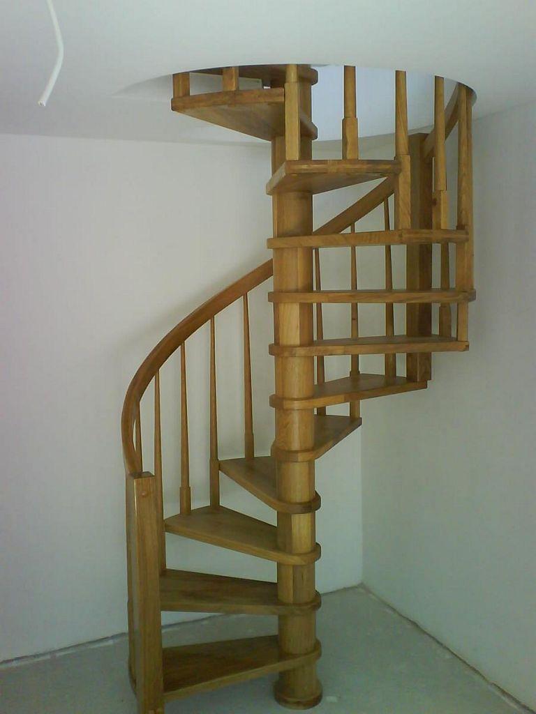 Navpično zavite lesene stopnice