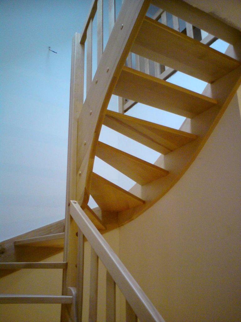 Zavite lesene stopnice za dostop do otroške sobe